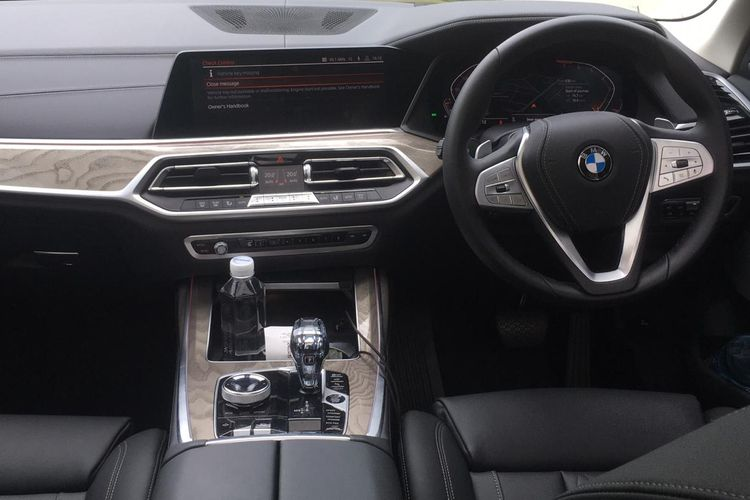 The dashboard of the BMW X7 is luxurious and full of the latest features