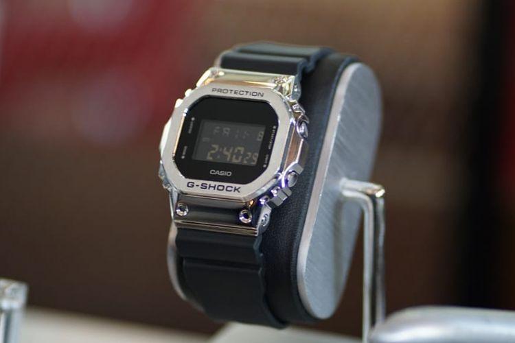 Jam tangan G-Shock GM-5600 dengan bezel perak berkilau khas stainless steel.