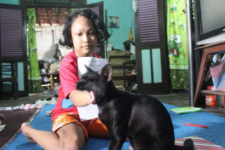 Alenda Primavea Dewi (11 ans) dans la maison louée de ses parents à Bangkle Village, Blora Regency, Central Java.