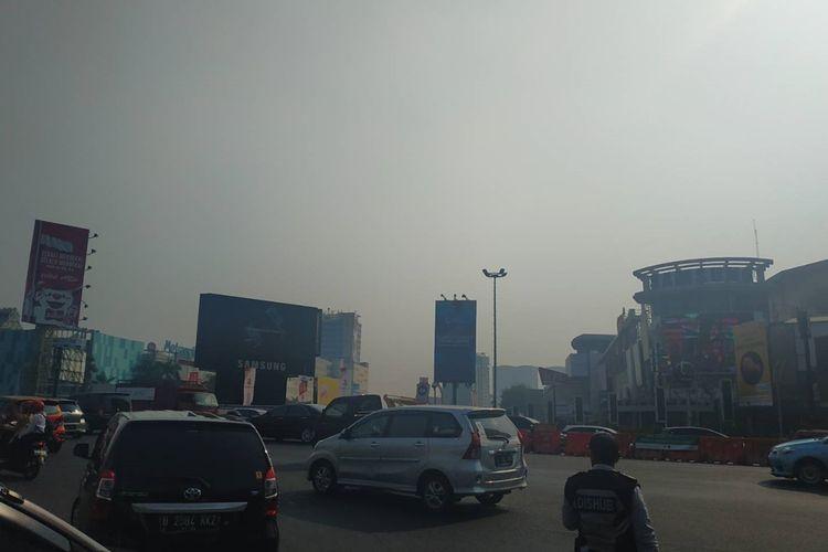 Tampak kabut polusi udara di persimpangan Bekasi Cyber Park, Bekasi Selatan, Senin (26/8/2019).