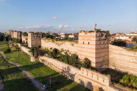 Sisa-sisa benteng Konstantinopel yang masih berdiri hingga saat ini.