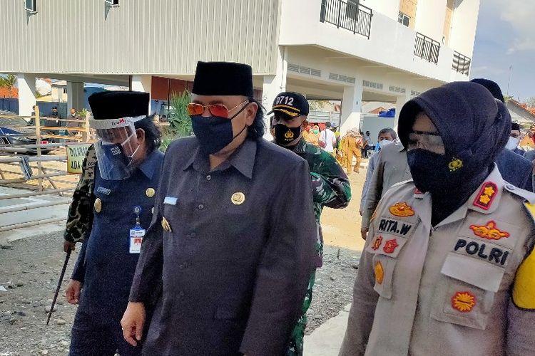 Der Bürgermeister von Tegal, Dedy Yon Supriyono, und die Polizeichefin von Tegal, AKBP Rita Wulandari, besuchten am Montag (23.11.2020) die Tegalsari Rusunawa, die als unabhängiger Isolationsort für Covid-19-Patienten diente.