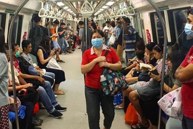 Di tengah wabah virus corona, warga Singapura terlihat memakai masker ketika menggunakan Mass Rapid Transit (MRT) Singapura di kawasan Outram Park, Rabu siang (01/04/2020)