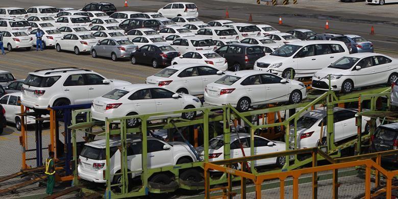 Mobil-mobil produksi PT Toyota Motor Manufacturing Indonesia, saat tiba di dermaga Car Terminal,  Tanjung Priok, Jakarta, Rabu (10/6/2015). Mobil-mobil ini akan diekspor ke sejumlah negara, antara lain di Timur Tengah.