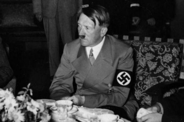 Der deutsche Ditaktor Adlof Hitler zog am Ende seines Lebens Pilze Fleischgerichten vor.  Darüber hinaus sind Leinsamenöl und Kuchen seine Mahlzeiten im Berliner Bunker.  (Tagesspiegel)