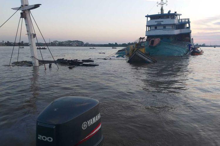 Kapal layar motor (KLM) Bintang Lautan Abadi yang mengangkut 1.100 ton pupuk urea kandas di Sungai Kapuas Pontianak, Kalimantan Barat (Kalbar), Kamis (11/6/2020) sekitar pukul 17.30 WIB.
