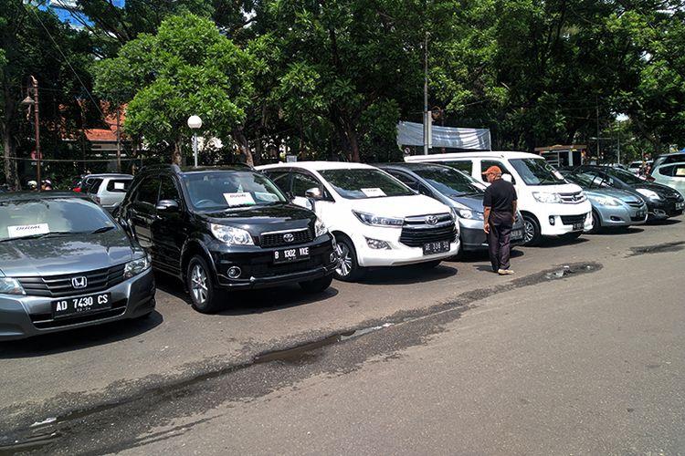 Un visiteur voit une rangée de voitures d'occasion exposées à l'échange de voitures de Sriwedari, Solo, Java central (Java central), dimanche (15/12/2019).