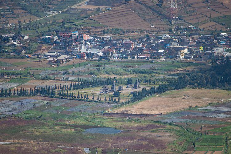 Kompleks Candi Arjuna di Dataran Tinggi Dieng dilihat dari Puncak Gunung Pakuwaja Wonosobo.