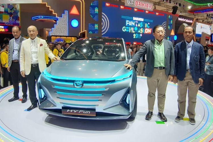President of Daihatsu Motor Co Ltd Soichiro Okudaira (kedua dari kiri) meluncurkan konsep Daihatsu Hyfun, MPV hybrid murah, berstatus world premiere di GIIAS 2019.