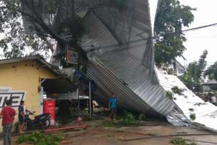 kanopi baja ringan pontianak angin puting beliung terbangkan atap