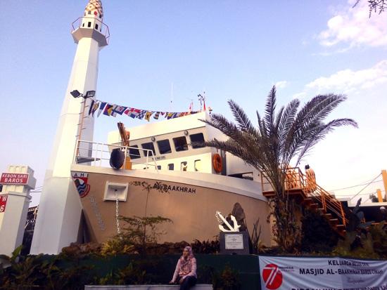 Masjid Unik Berbentuk Kapal Laut Pertama di Indonesia