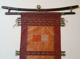 Front view: The special weft threads align with the display rod.