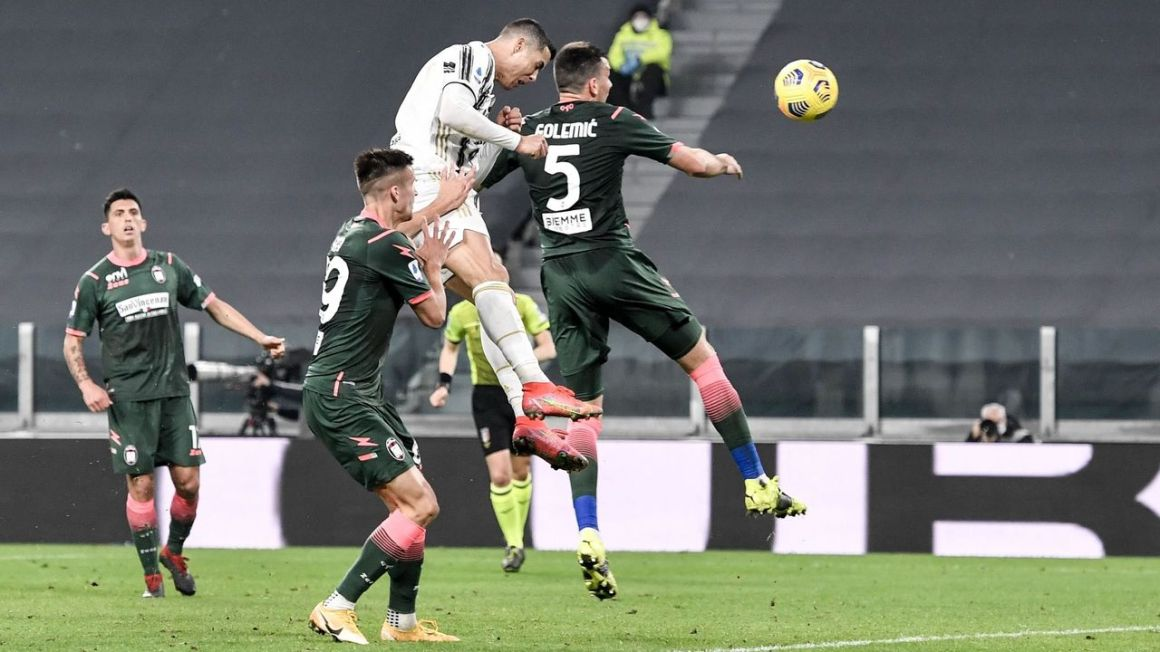 Ronaldo bags another brace to keep Juventus in title hunt | theScore.com