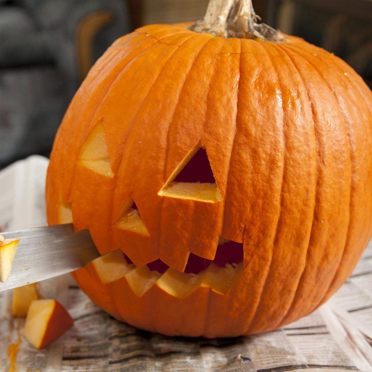 Kürbis schnitzen So einfach gehen die Halloween-Kunstwerke!