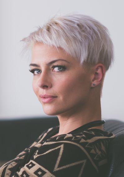Cheveux Gris Meches Blondes Coupe Courte - Modele Tresse