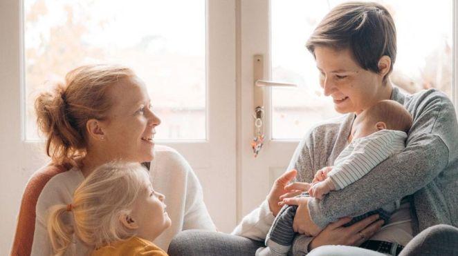 """""""La société nous renvoie l'idée que nous ne sommes pas une famille comme les autres"""", le témoignage de Stéphanie et Marie-Charlotte, mamans lesbiennes"""