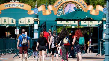 """Jugeant son top à bretelles """"indécent"""", Disneyland oblige une femme à se couvrir"""