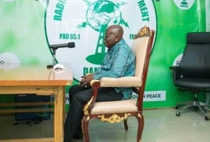 Ghana : le président transporte sa chaise présidentielle pour une interview à la radio
