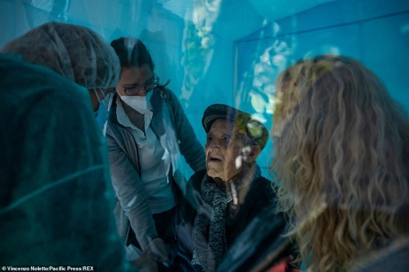 ابتكار غرفة بلاستيكية تتيح للمسنين رؤية أسرهم لأول مرة منذ بدء الوباء 7