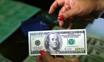 الدولار يبلغ أعلى مستوياته في 10 أشهر