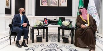 خالد بن سلمان يستعرض العلاقات الثنائية مع وزير خارجية بريطانيا