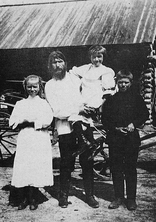 Rasputin and his three children, Matryona, Varvara et Dimitri.