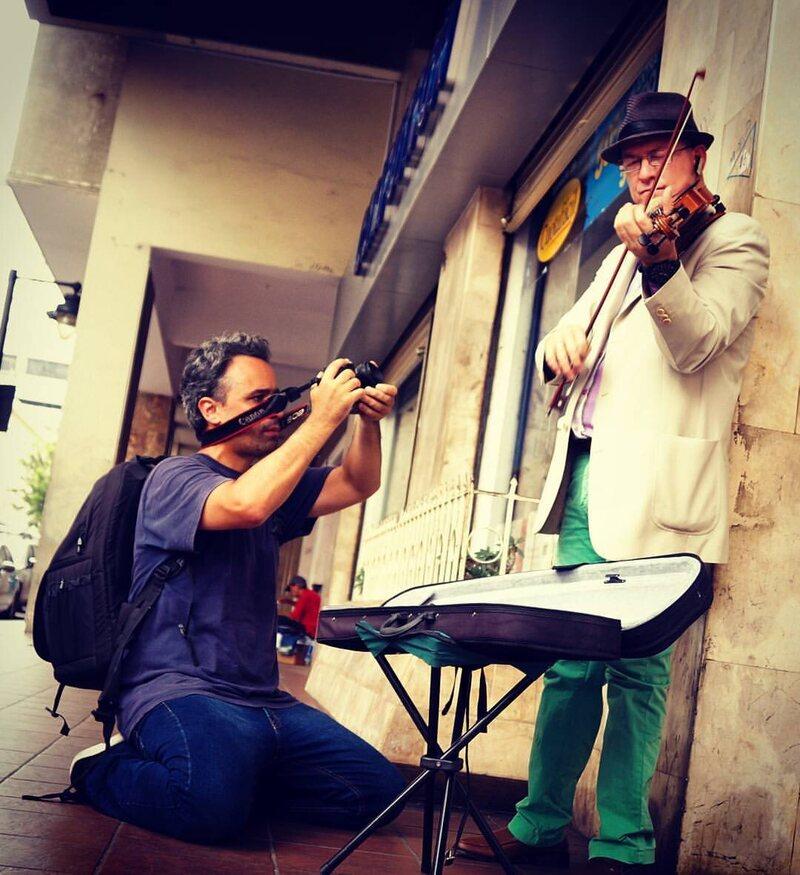 Musicien Joshua Antoine exécution dans les rues de Guayaquil, en Équateur.