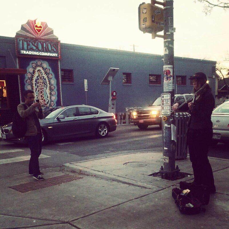 Musicien Megan Newell effectuer dans les rues d'Austin, Texas.