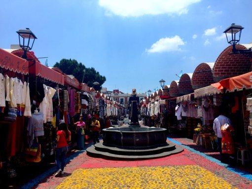 En route to El Colibrí lies the Mercado de Artesanías El Parián.