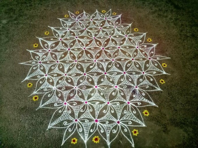 Kōlam designs reflect mathematical principles, such as fractals.