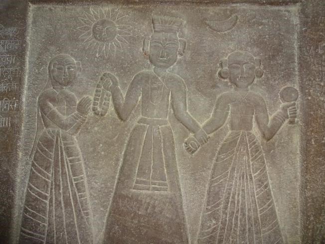 Камінь саті із зображенням короля та його двох дружин в Орчсі, Мадх'я-Прадеш.