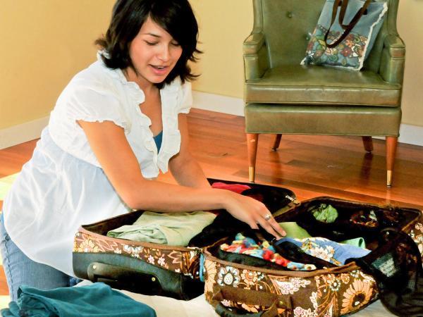 امرأة توضّب حقيبة