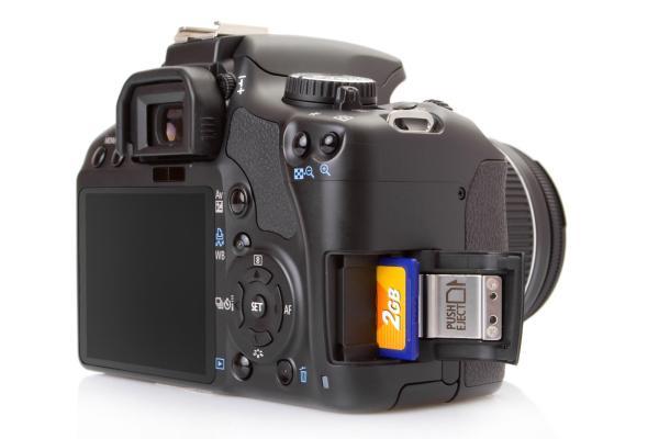 بطاقة ذاكرة موضوعة في كاميرا