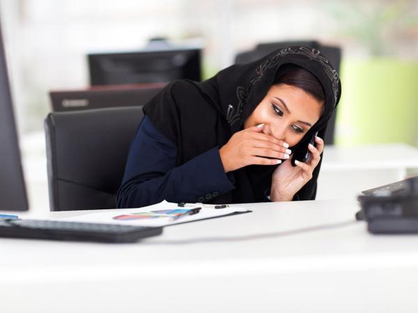 امرأة تحمل الهاتف