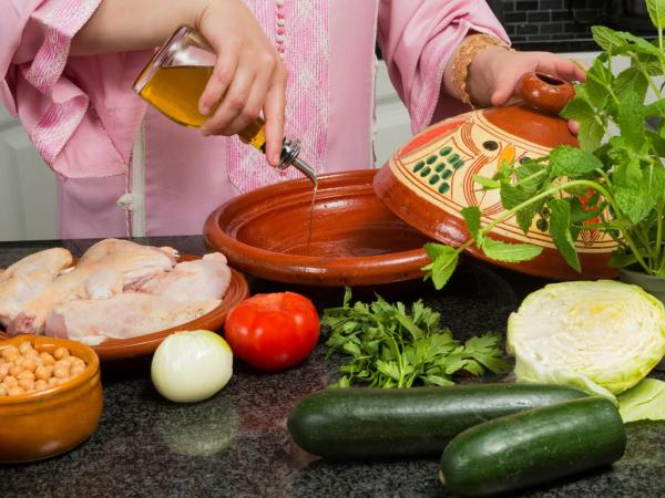 امرأة تطبخ