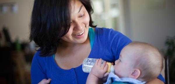 Ibu memberikan bayinya susu formula