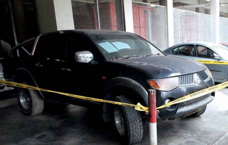 Kereta Mitsubishi Triton yang dipercayai digunakan untuk melanggar belakang kenderaan mangsa.