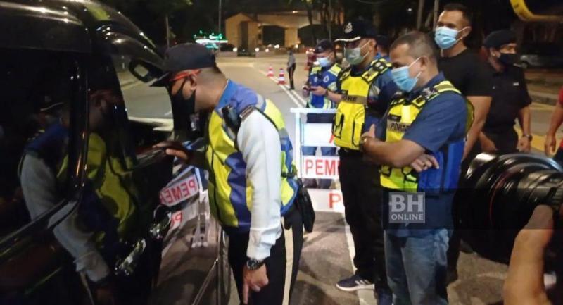 Ketua Polis Johor, Datuk Ayob Khan Mydin Pitchay (kanan) mengadakan lawatan Op Mabuk JSPT Johor di sekatan jalan raya (SJR) Stulang Laut, Johor Bahru. - Foto NSTP/Nurul Amanina Suhaini