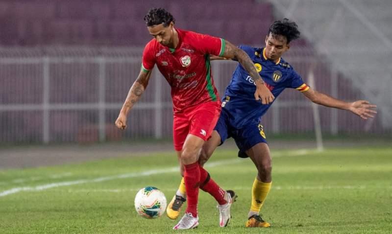 Pemain Kelantan United, Selwan Sinan Chasib Al Jaberi (kiri) beraksi pada saingan Liga Premier musim ini. Pasukan berkenaan kini akan mengharungi pula aksi Piala Malaysia. -  BERNAMA