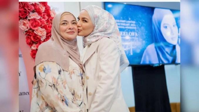 Neelofa bersama ibunya, Datin Noor Kartini Noor Mohamed pada majlis pengumumannya sebagai duta.