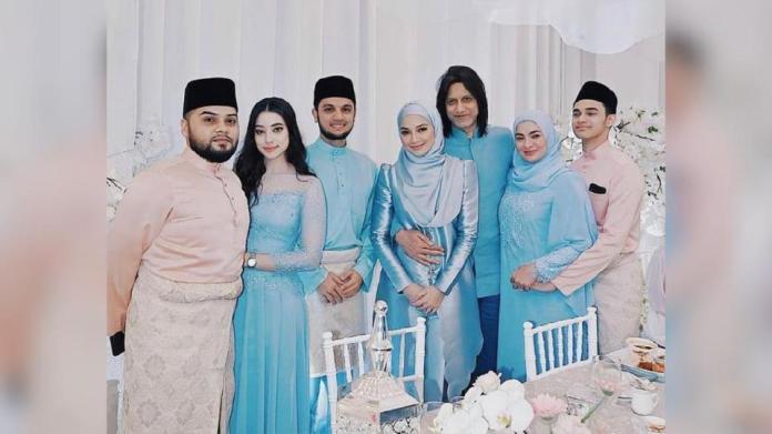 PU Riz hadir berbaju sedondon bersama Neelofa dan ahli keluarganya pada majlis perkahwinan adik selebriti popular itu.