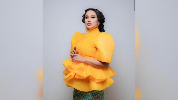 Elly Mazlein muncul dengan kolaborasi 'gila-gila' bersama Faizal Tahir dan Zizi Kirana menerusi single Empat Dara 2020 secara ekslusif pada malam kemuncak ABPBH 33.