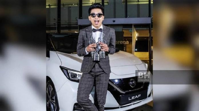 Bukan hanya dinobatkan Bintang Paling Popular, Haqiem Rusli juga membolot trofi Penyanyi Lelaki Popular Xiaomi Malaysia dan Lagu Paling Boom Popular menerusi lagu Lembah Kesepian menerusi kategori online. - Foto NSTP