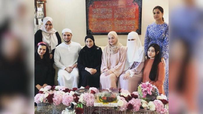 Neelofa dan PU Riz bersama keluarga masing-masing ketika majlis merisik pada 1 November lalu.