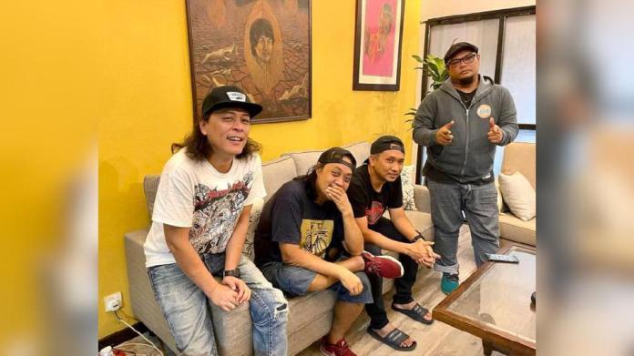 Allahyarham Tony bersama anggota kumpulan Spider, Tam Mustafah, Nafie dan Aie. - Foto IG Tam Mustafah