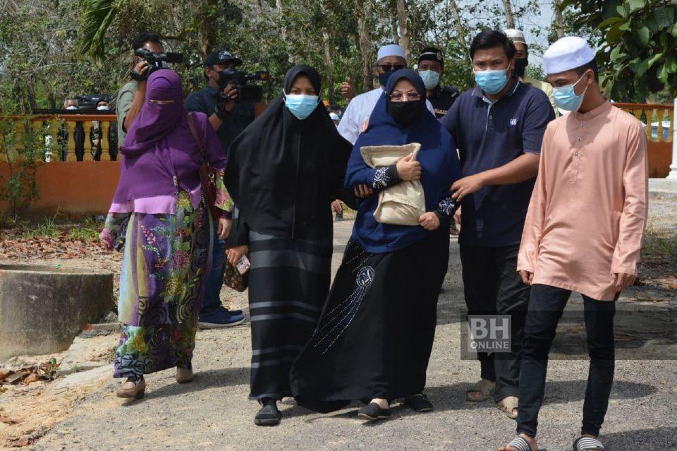 Keluarga angkat mangsa turut hadir pada majlis pengebumian. - NSTP/Amir Mamat