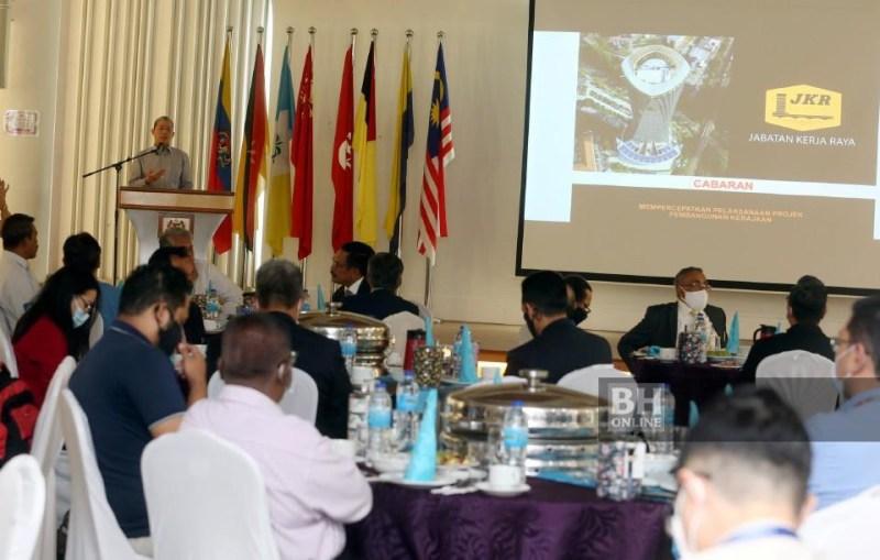 Fadillah berucap ketika Sesi Libat Urus Menteri Kerja Raya dan Pengurusan Atasan Kementerian Kerja Raya bersama Pengarang Media di Bilik Tanjung, Kompleks Kerja Raya, Kuala Lumpur. - NSTP/Hairul Anuar Rahim