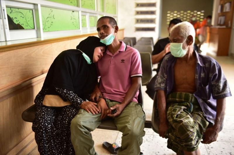 Ibu tentera yang maut menunggu untuk menuntut mayat anaknya selepas serangan di Narathiwat, pagi tadi. - Foto AFP