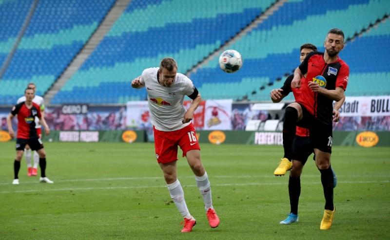 PEMAIN RB Leipzig, Lukas Klostermann menjaringkan gol dalam perlawanan menentang Hertha Berlin pada aksi Bundesliga di Leipzig. - Foto AFP