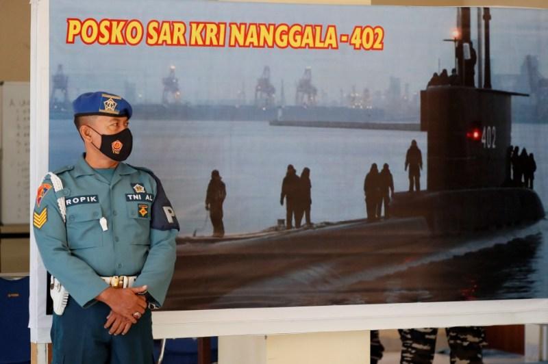 Pegawai tentera berdiri di hadapan pusat operasi mencari dan menyelamat kapal selam tentera Indonesia KRI Nanggala 402, at Lapangan Terbang Antarabangsa Ngurah Rai, Bali. - Foto EPA